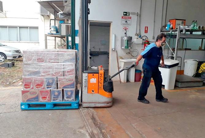 homem carregando as caixas das cestas básicas