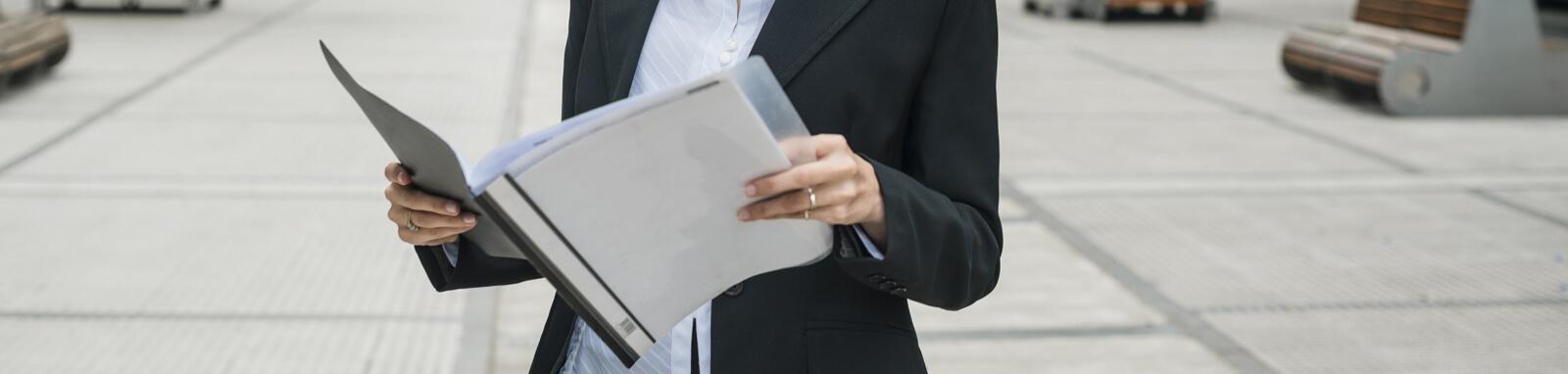 pessoa lendo um documento