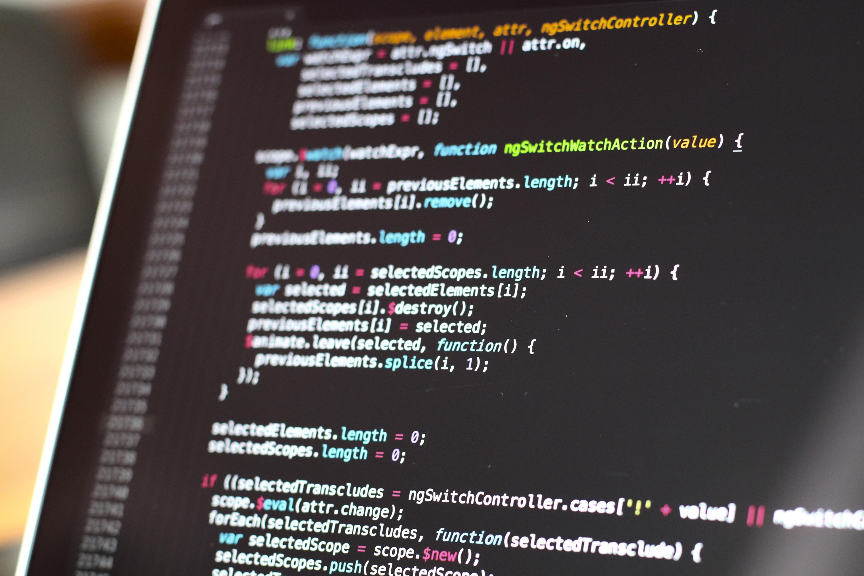 Monitor de computador com uma tela com código de programação